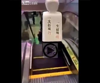【衝撃】ロボットがエスカレーターを降りようとするが…