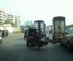 【ロードレイジ】バイクに乗る男が3輪バイクに詰め寄り、怒った3輪バイク運転手が…