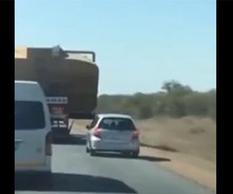 【事故】前を走るトラックを追い抜こうとするがコントロールを失い…