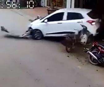 【事故】女性が縦列駐車から車を出そうとするが…