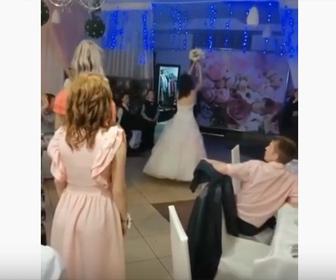 【衝撃】結婚式のブーケトスで女性が花嫁が投げるブーケを取ろうと待ち構えるが…