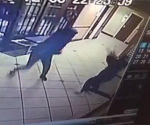 【衝撃】マスクをするようにホテルスタッフの女性に注意され、怒った男が花瓶を女性に投げつける衝撃映像