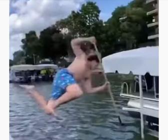 【衝撃】男性がモリを持って海に飛び込み一突きで2匹の魚を捕まえる衝撃映像