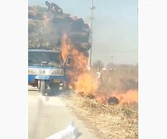 【衝撃】トラック荷台の藁が燃え出し、作業員が火がついた藁を必死に落として燃え広がらないようにするが…