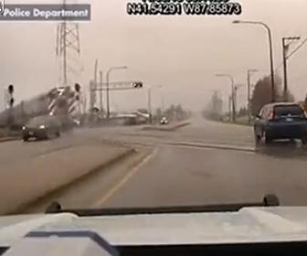 【衝撃】車が踏切を渡ろうとするが、猛スピードの電車…