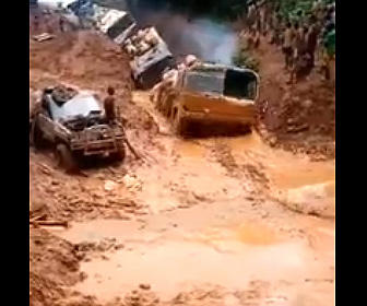 【衝撃】泥水が溜まり最悪な悪路を進むトラックが凄い