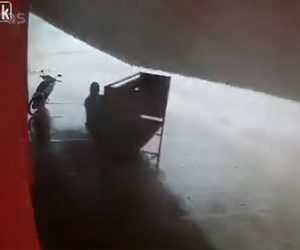 【衝撃】強風で建物のひさしが落下し男性が下敷きになってしまう衝撃映像