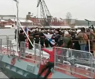 【衝撃】軍艦の進水式でカメラマンが海に落下してしまう衝撃映像