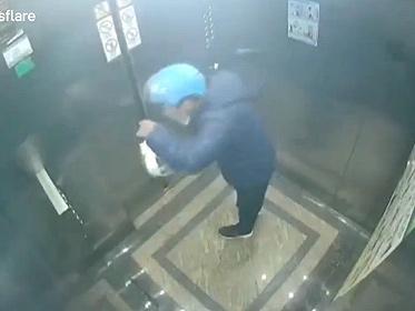 【衝撃】デリバリースタッフが配達中の食べ物に唾を吐きかける衝撃映像