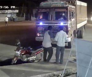 【事故】コントロールを失ったトラックが歩道で立ち話をしている2人に突っ込んでくる衝撃映像