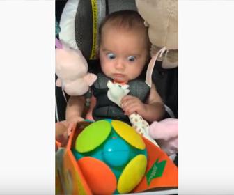 【面白】振動する玩具に驚く赤ちゃんが可愛い