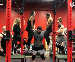 【衝撃】4人の女性が座るバーを持ち上げてスクワットする男性が凄い