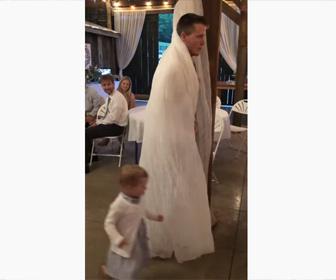 【面白】小さな女の子と男性が追いかけっこ。男性がカーテンの中に隠れ…
