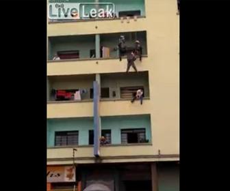 【衝撃】彼女に裏切られた男性がバルコニーから飛び降りようとするが…