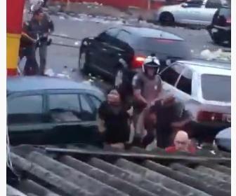【衝撃】ブラジルで外出禁止中に外で集まっている人達に警察官が容赦なく殴りかかる衝撃映像