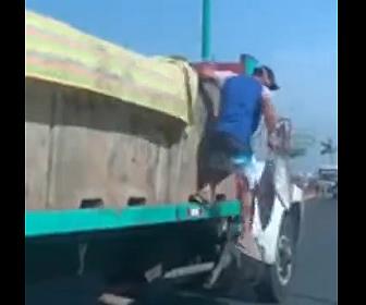 【衝撃】信号で停車しているトラック荷台から魚を盗む男たち