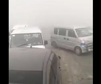 【事故】濃い霧で事故が発生。車が次々と突っ込んでくる衝撃映像