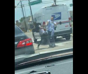 【ロードレイジ】郵便局配達員と男が車道で激しい殴り合い。スウェーでパンチを避けまくる衝撃映像