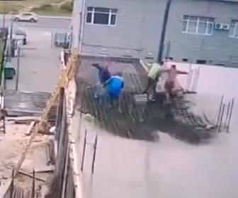 【衝撃】コンクリートを流し込む作業で床が抜けてしまう衝撃映像