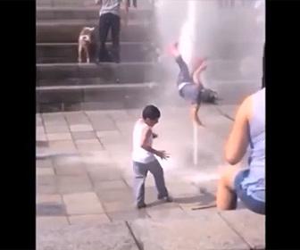 【衝撃】噴水の勢いで少女が吹き飛ばされる衝撃映像