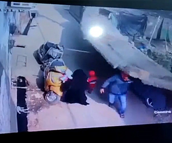 【衝撃】レンガの壁が突然倒れ、歩道を歩く少女と男性が下敷きになってしまう衝撃映像