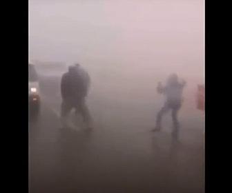 【事故】霧で事故が発生。他のドライバーが必死に合図するが猛スピードの車が突っ込んでくる衝撃映像