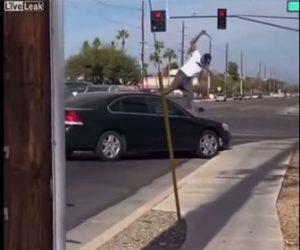 【衝撃】ロードレイジで激しい戦い。相手の車に乗りフロントガラスを蹴り割るが…