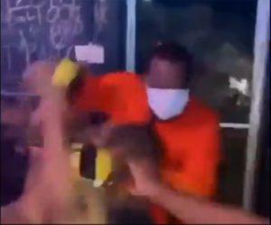 【暴行】クラブで乱闘。男性が大勢にボコボコにされる衝撃映像