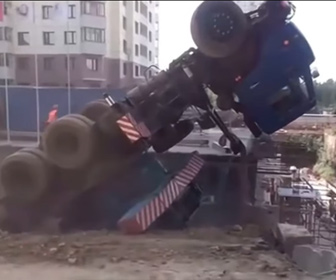 【事故】重機を下ろそうとするクレーントラックが横転してしまう衝撃映像