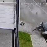 【衝撃】猛スピードの車が壁に激突し男性が車から放り出される衝撃映像