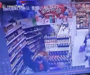 【衝撃】スーパーマーケットの壁が突然倒れ、客が下敷きになってしまう衝撃映像