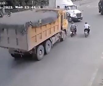 【事故】交差点で直進するトラックが左折するトラックを必死に避けようとするが…