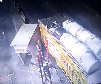 【事故】大量の荷物を積んだトラックが料金所を破壊してしまう衝撃映像