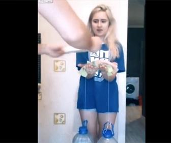 【面白】少女に重い水を持たせ…イタズラ動画