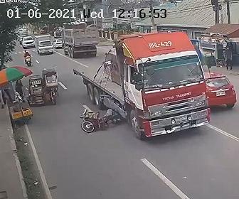 【事故】トライシクルを避けようとしたバイクが大型トラックに接触しライダーがトラックの下に転倒