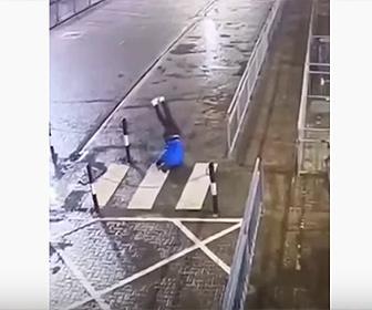 【動画】ランニングしている男性が鎖に気づかず突っ込んでしまう