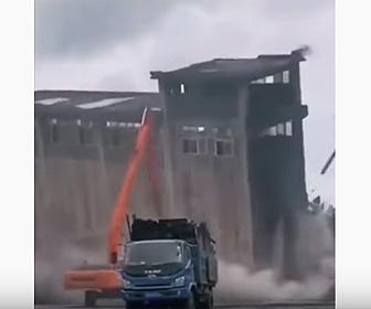 【動画】解体作業中、建物がショベルカーに倒れてくる衝撃映像