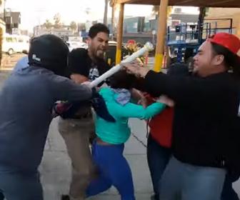 【暴行】ANTIFAの集団に襲われ男性が殴り倒される衝撃映像