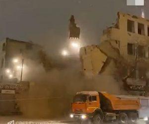 【動画】解体作業中、建物が道に倒れてしまい店や駐車車両に激突してしまう衝撃映像