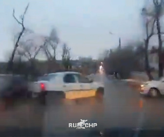 【動画】猛スピードで前の車を追い越そうとするがコントロールを失い街路灯に激突横転する衝撃映像