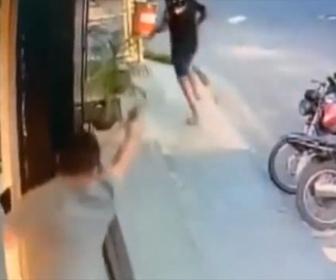 【強盗】店主の跡を付けて強盗が店に押し入ろうとするが店主が気付き銃で撃退する衝撃映像