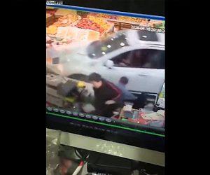 【事故】店のレジカウンターにコントロールを失った車が突っ込み客が吹き飛ばされる衝撃映像