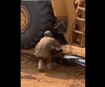 【動画】ホイールローダーの下に入り修理する男性。ホイールローダーが突然動き…