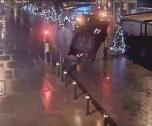 【事故】猛スピードの車が車止めポールに突っ込んでしまう衝撃映像