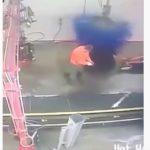 【動画】洗車場でホースが洗車機に絡み作業員が高速回転してしまう衝撃映像