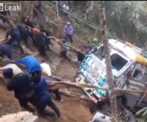 【動画】崖から落ちてしまったトラックを村人総出でロープを使い引っ張り上げる衝撃映像