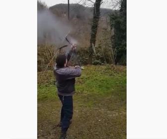 【動画】男性がファイフルを撃った瞬間、ライフルが壊れてしまう衝撃映像