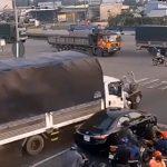 【事故】大型トラックがコントロールを失い、信号待ちをしている車やバイクに突っ込んでくる衝撃映像