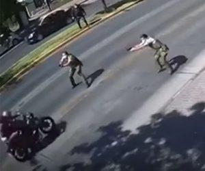 【動画】警察官が銃を構え猛スピードのバイクを止めようとするが突破され…