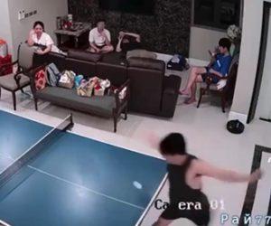 【動画】卓球で男性がフォアスマッシュを打った瞬間、ラケットが飛び…